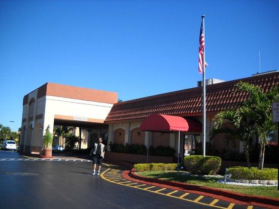 Ramada Plaza Fort Lauderdale: La entrada del hotel