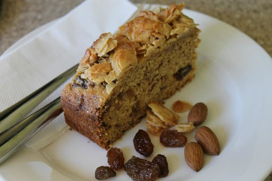 Thelma Retreat : Raisin and Almond Cake