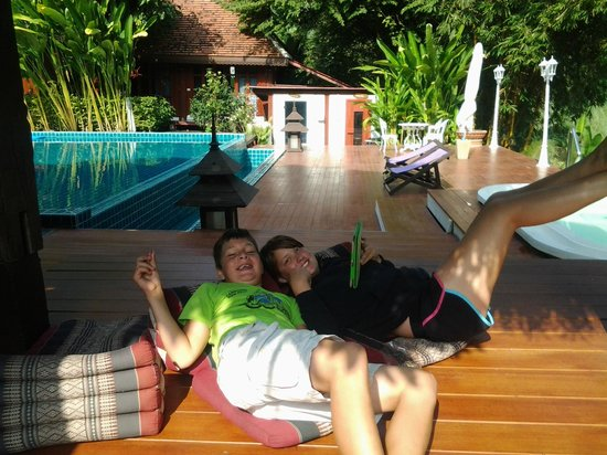 Tonnam Homestay: Lounging by the pool - free wifi!