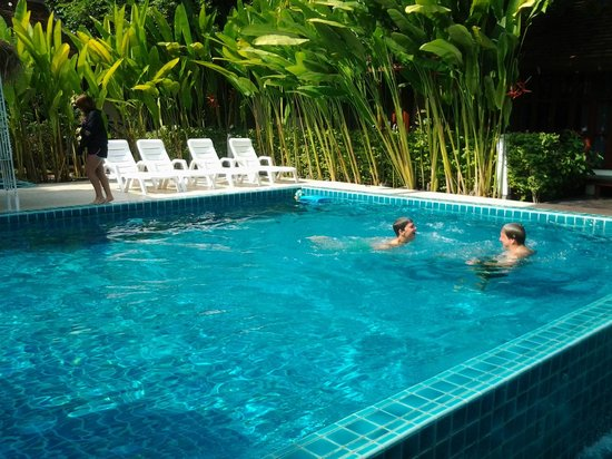 Tonnam Homestay : Fun times in the pool