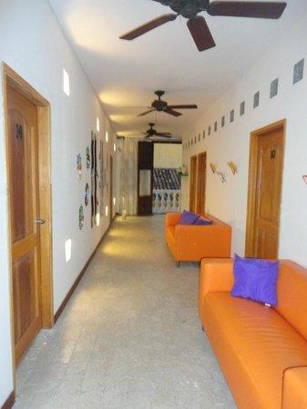 Hotel Torre del Reloj : salas de estar a la salida de las habitaciones.