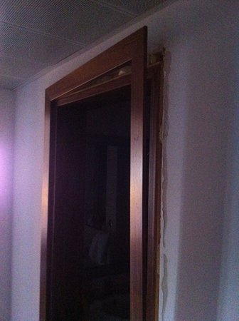 Dolmen Resort Hotel: Resort style bathroom door frame