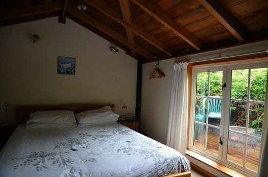 Dylans Country Cottages : Bedroom in the loft area with an out door sitting area