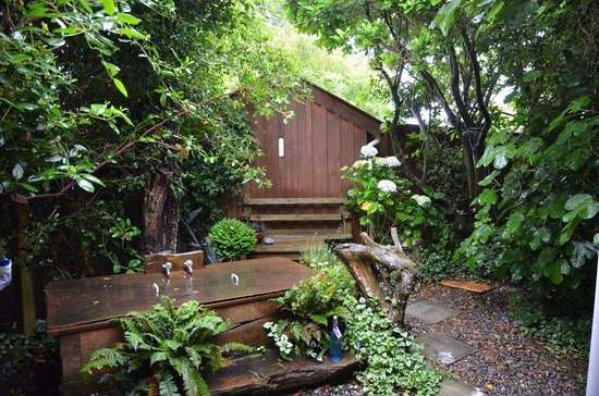 Dylans Country Cottages : Outdoor bath and shower