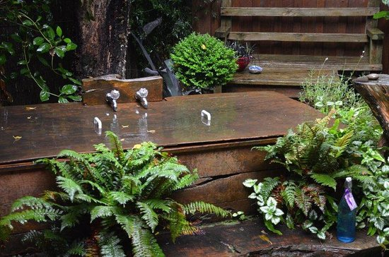 Dylans Country Cottages: Outdoor bath