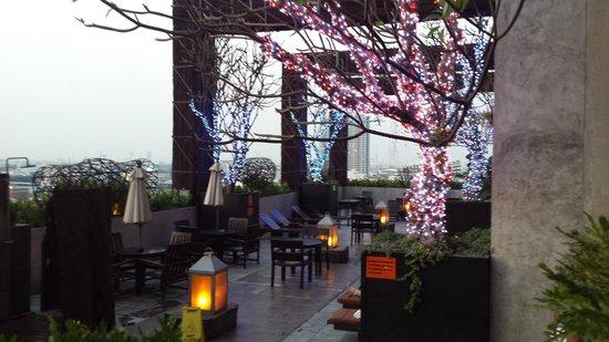 Siam@Siam Design Hotel Bangkok: Pool area at night was very pretty.