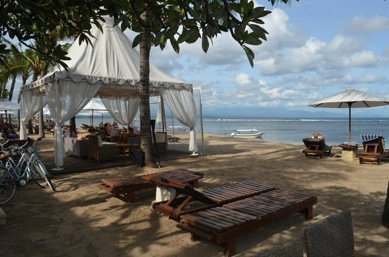 Griya Santrian: resort seating on beach