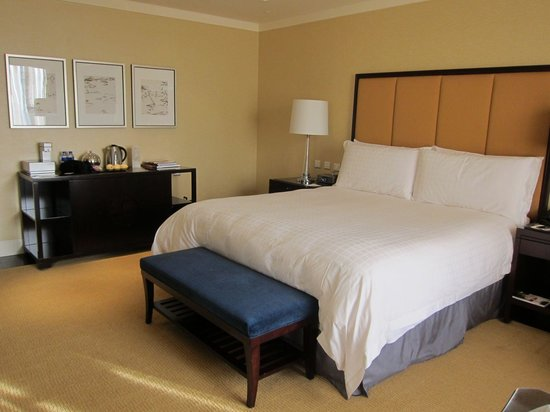 Four Seasons Hotel Beijing: Spacious room,  very comfortable bed, pleasant decor