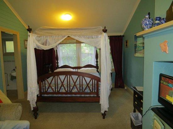 Lurline House: Lovely Four Poster Bed