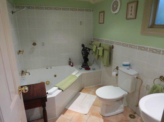 Lurline House: Jacuzzi Suite Bathroom
