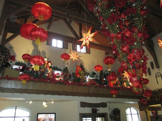 Bavarian Inn Lodge: Another view of the lobby