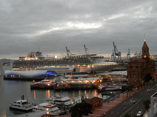 Copthorne Hotel Auckland HarbourCity: View of cruise ship from the room