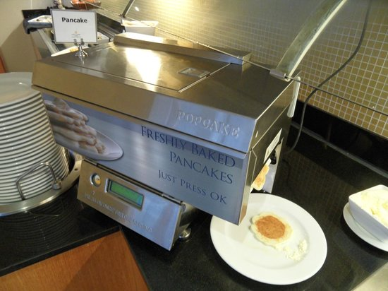 Copthorne Hotel Auckland HarbourCity: Pancake maker