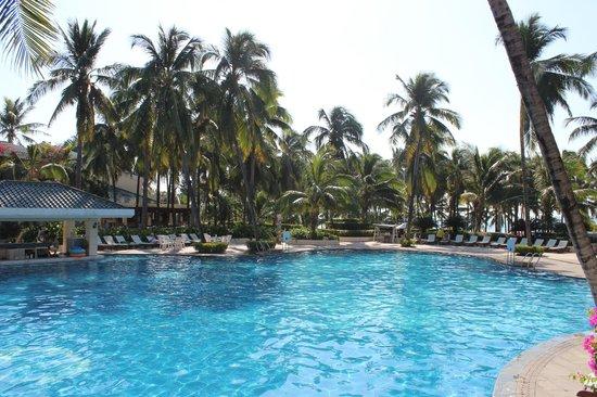 Palm Beach Resort & Spa Sanya : Бассейн ближе к морю