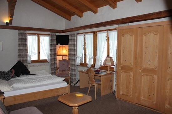 Hotel-Restaurant Alphorn: Main bedroom/lounge area