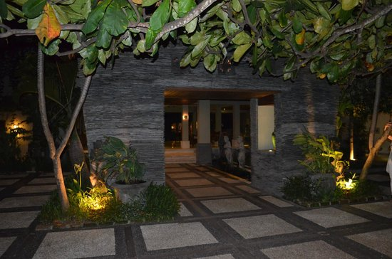 Alam KulKul Boutique Resort: front area of hotel
