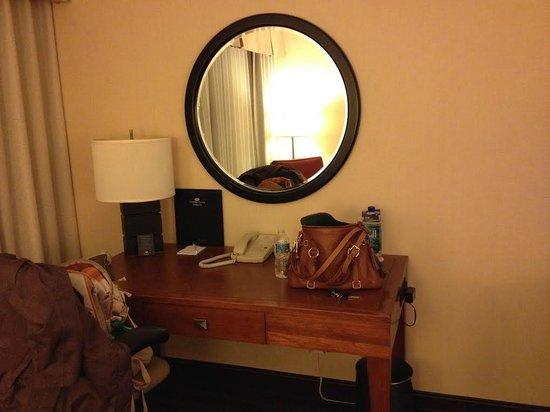 Crowne Plaza Hotel Minneapolis - Airport West Bloomington: Desk in room