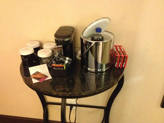 Crowne Plaza Hotel Minneapolis - Airport West Bloomington : Table and coffee maker in room