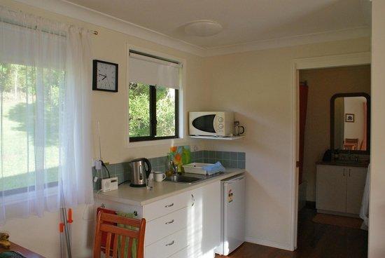Crabbes Creek Cottages: Grevillea kitchen area