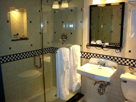 The French Quarters Guest Apartments: The fabulously clean bathroom