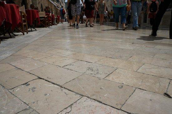 Placa (Stradun): Отшлифованные камни мостовой