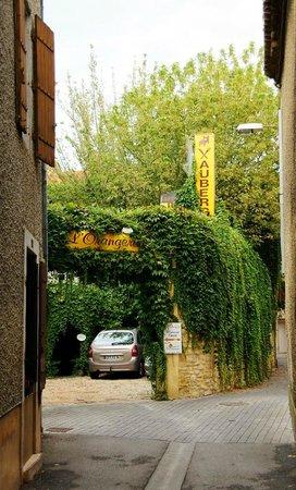 Auberge de l'Orangerie : улочка к отелю