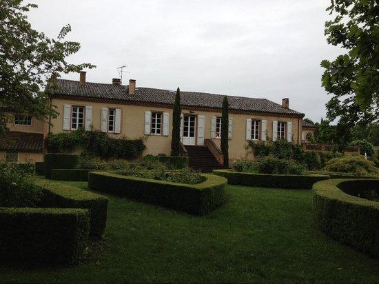Chateau de Touny Les Roses : В саду