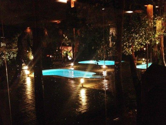 Thai Garden 2112: Vistas desde el comedor de la zona de piscinas. Precioso de noche