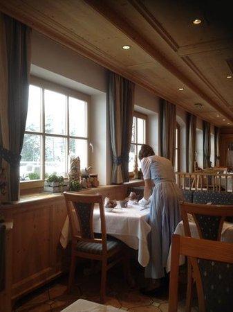 Cyprianerhof Dolomit Resort: la cameriera..con i guanti bianchi! perfetto