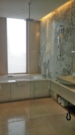 The Westin Gurgaon, New Delhi: bathroom
