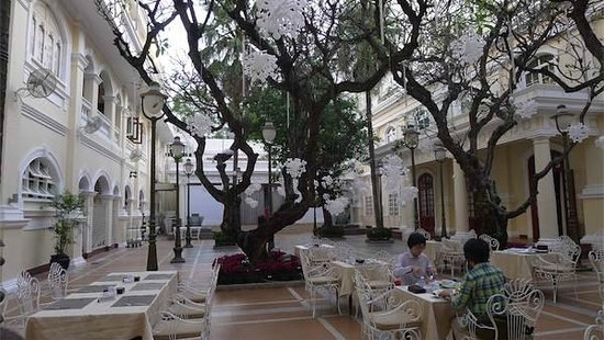 Hotel Continental Saigon: Outdoor breakfast area