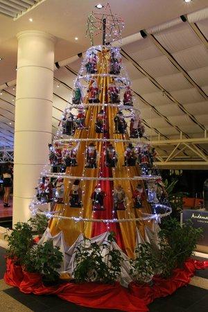 Hilton Phuket Arcadia Resort & Spa: Очень оригинальная елка. :)