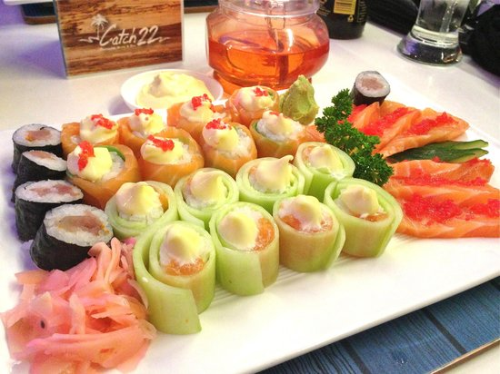 Catch 22 Beachside Grille & Bar: Sushi fit for a Queen