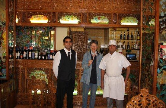 Delhi Indian Restaurant: Den venlige overtjener og den fremragende kok i det pyntelige rene lokale