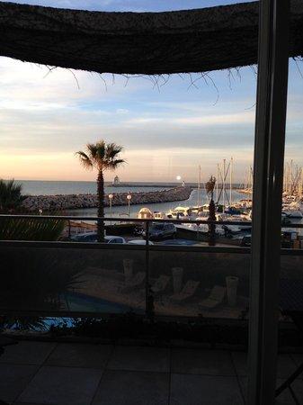 Hotel Azur : vue de la chambre sur le port