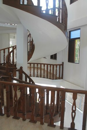 Neptune Bay Hotel : Винтовая лестница в новом корпусе