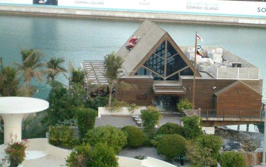Finz: Ресторан уютно расположился на самом берегу Залива