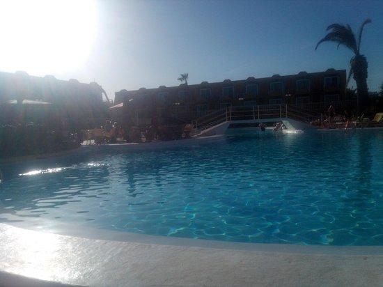 La Piramide: Full sol y piscina