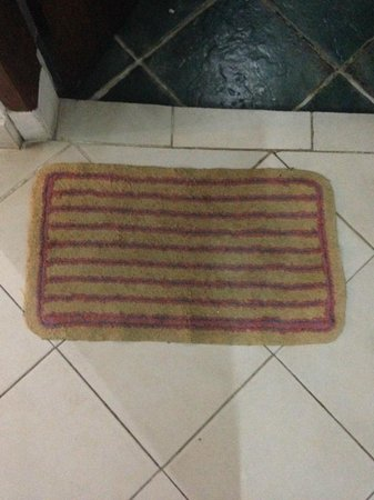 Yuli Bungalows: Filthy floor mat