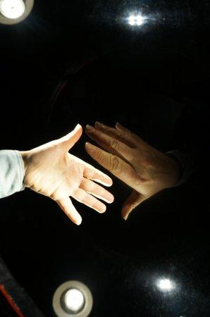 Camera Obscura und Welt der Illusionen: Рукопожатие с самим собой