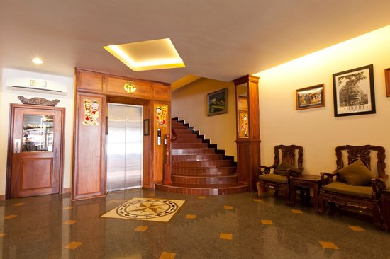 Golden House International: Elevator in lobby