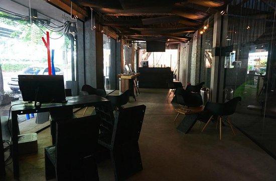 Thrive The Hostel Bangkok: pc room / 로비