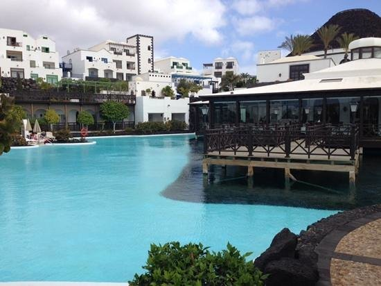 Hotel THe Volcan Lanzarote : Pool area, buffet restaurant and rooms