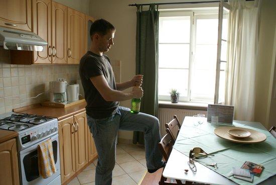 Royal Route Residence : Кухня совмещенная с гостиной