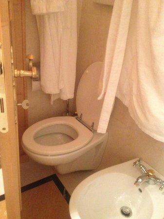 Spinale Hotel: se apri la porta accertati che non ci sia nessuno dentro...