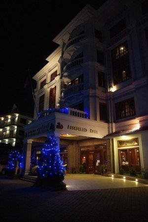 New Angkorland Hotel: widok nocą