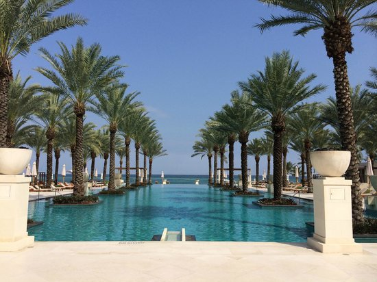 Al Bustan Palace, A Ritz-Carlton Hotel: gorgeous pool