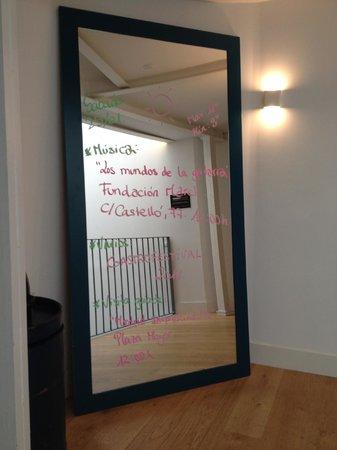 Hotel One Shot Prado 23: информация о погоде и мероприятиях в городе на зеркале рядом с кофемашиной