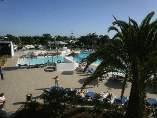 HL Hotel Rio Playa Blanca: Vue de la piscine