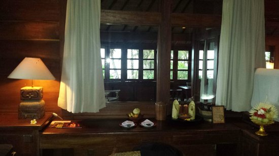 Hotel Tugu Bali: From our room, through the glass inner wall to the veranda
